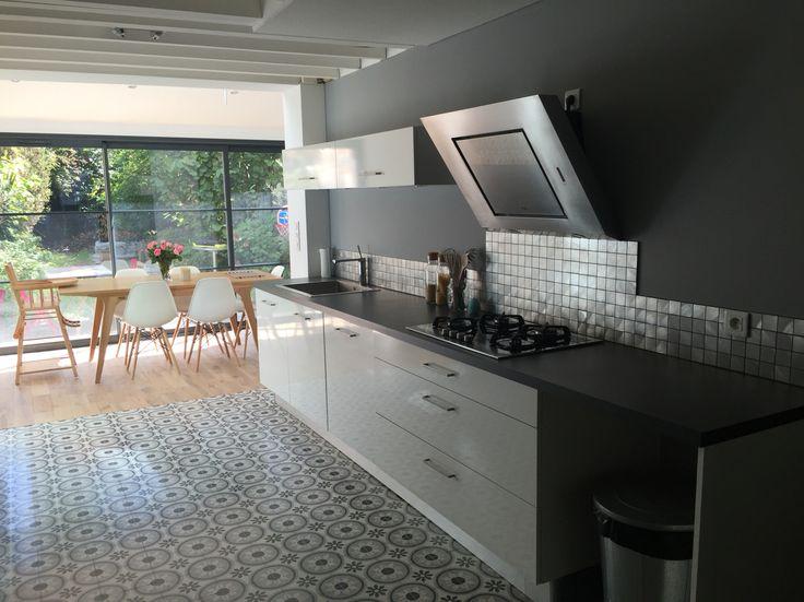 La nouvelle pièce phare de la maison : notre cuisine !  L'alliance d'un gris perle étincelant, rappelant la couleur principale de nos carreaux de ciment et permettant une parfaite alliance avec notre parquet en chêne massif....