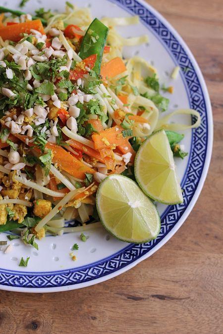 Asiatische Gerichte mit Koriander – gibt es aktuell bei mir fast täglich! Und dieses vegetarische Pad Thai habe ich innerhalb von zwei Wochen sogar drei Mal gekocht, weil es einfach so lecker ist. Das