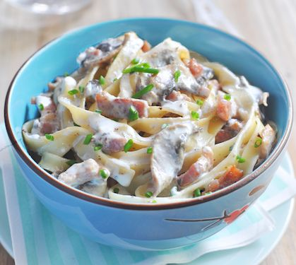 Lavez soigneusement les champignons et détaillez-les en lamelles.   Faites-les revenir avec les lardons fumés dans une poêle légèrement huilée.   Mélangez le Rondelé ail et fines herbes avec la crème liquide Bridélice. Assaisonnez.   Versez l'huile dans un grand volume d'eau bouillante et faites-y cuire les tagliatelles avec un peu de sel.   A feu doux, déposez dans une casserole le mélange champignons/lardons et ajoutez la préparation Rondelé/crème.   Faites chauffer e.....