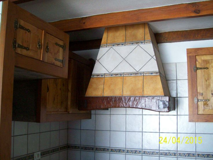 Armarios y campana de cocina confeccionado con maderas recicladas y teñidos con productos naturales