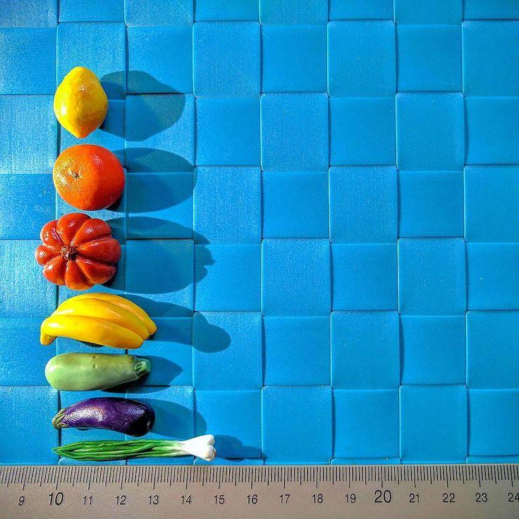 Нас спрашивают, какого размера наши игрушки. Отвечаем: от 1 до 3 сантиметров, но не без исключений. Лук - он такой, особенный :-). #миниогород #Монтессори #Огурец #Сенсорныйогород #Полимернаяпластика #Психология #раннееразвитие #Ребенок #Сенсорнаякоробка #минигрядка #линейка #размеры