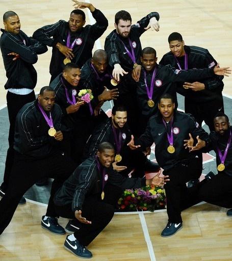 ロンドン五輪は12日、バスケットボール・アリーナ(Basketball Arena)で男子バスケットボールの決勝が行われ、NBAで活躍するスターを揃えた米国代表「ドリームチーム(Dream Team)」が107-100でスペインを破り、2大会連続となる金メダルを獲得した。    表彰式終了後のコート上でポーズをとる米国の選手(2012年8月12日撮影)。 ©AFP=時事
