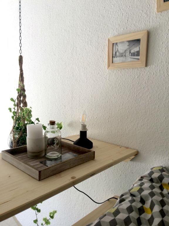 Ein schöner, hängender DIY-Nachttisch fürs Hochbett! Mit tollen Wohnaccessoires dekoriert! #dyi #wohnen #möbel #ideen #deko