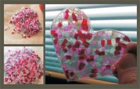 Herz aus gebügelten Scoubidou-Schnipseln