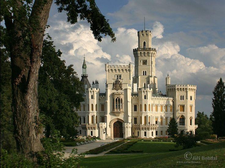 Hluboká nad Vltavou - Jižní Čechy - tzn. Tudorská gotika - několikrát přestavěno, poslední velká přestavba byla Schwanzenbergy v 19. století pod vlivem Anglického stylu (hlavně zámku Windsor) včetně zahrad a interiéru - ukázka přestavěných hradů v době romantismu,kdy se už nehledělo na věcnou správnost přestavby, většinou na popud šlechtických rodů ( z barokních sídel)