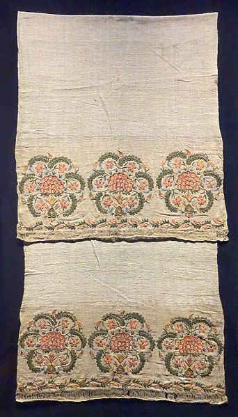 File:Hand towel, Ottoman, 1800s, embroidery, silk on linen - Museum für Völkerkunde Dresden - DSC08171.JPG