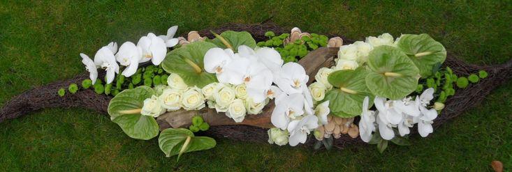 Kistbedekking met mooie witte Orchideeën, Anthurium en Avalanche Rozen