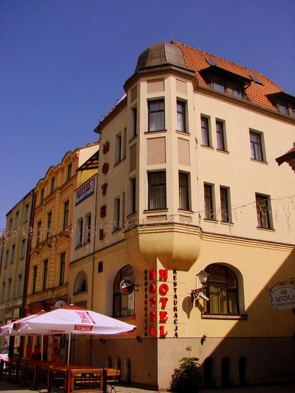 Продается отель в Польше рядом с польско-российской границей, рядом с рыночной площадью и рекой. Благодаря широкому спектру услуг  подходит для туристов и деловых гостей.  Площадь отеля 3200 м2 на участке 1750 м2. В отеле тренажерный зал, бассейн, 2 сауны, Спа-салон, бизнес-центр. Отель располагает рестораном 50 мест, кафе 32 места, банкетным залом 180 ч. Фонд: 10 одноместных и 29 двухместных номеров, 7 апартаментов. Цена: 3500000 евро #инвестициивпольше, #квартиравпольше…