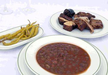 """Olla-podrida. Procede en origen de la """"Adafaina"""", plato judío del siglo XV, sin carne de cerdo, siguiendo la tradición Kosher y elaborado en Olla de barro poniendolo al rescoldo del fuego el viernes por la noche, para que se hiciera lentamente y poder tomarlo durante el Shabat ( en el shabat no se podia cocinar, pero sí estaba permitido el """"volcado"""" del guiso)."""