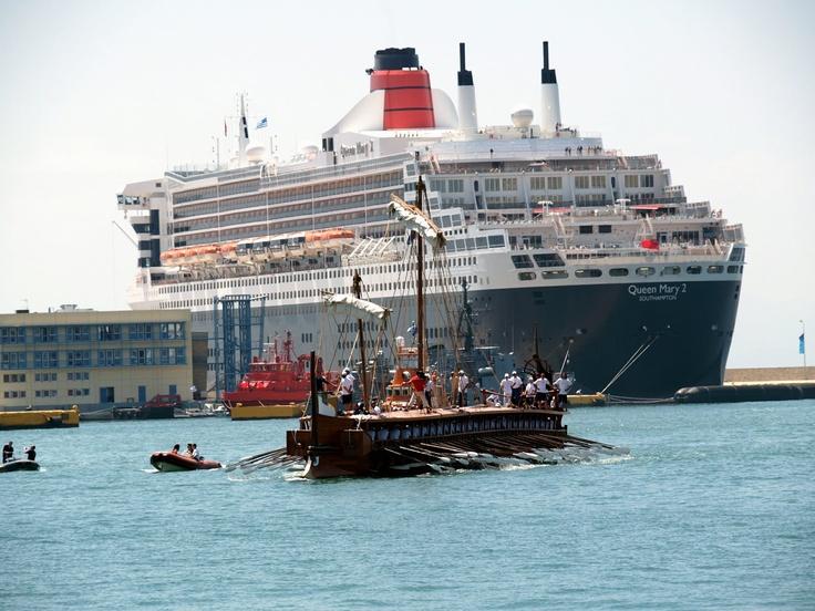Αρχαία ελληνική τριήρης και Queen Mary 2 στο λιμάνι Πειραιά κατά την διάρκεια των Ολυμπιακών αγώνων το 2004.