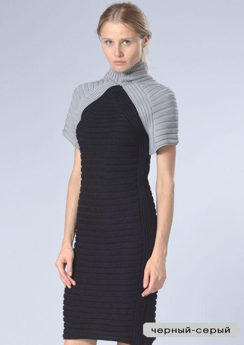 Двухцветное платье прямого силуэта с коротким рукавом-регланом переходящим в цельный воротник-стойку. Рельефное полотно платья мягко облегает фигуру.