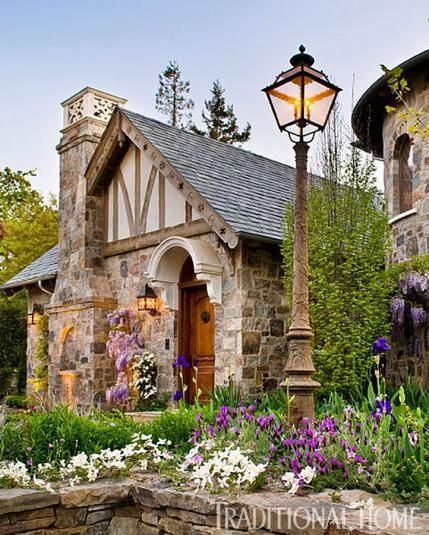 Old World Garden In California Traditional Home 外観