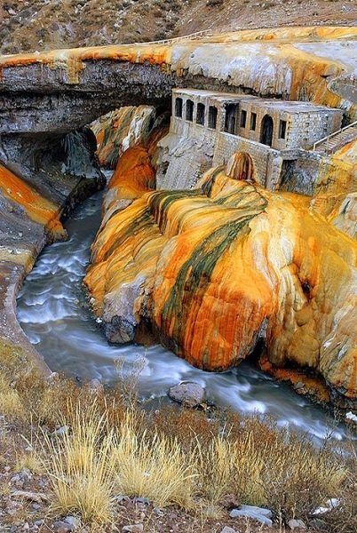 """Camino a las altas cumbres esta""""""""Puente del Inca"""""""" antiguo hotel termal, que tras un terremoto fue destruido. Los colores de las piedras es debido a la cantidad de azufre de la zona. Mendoza, Argentina"""