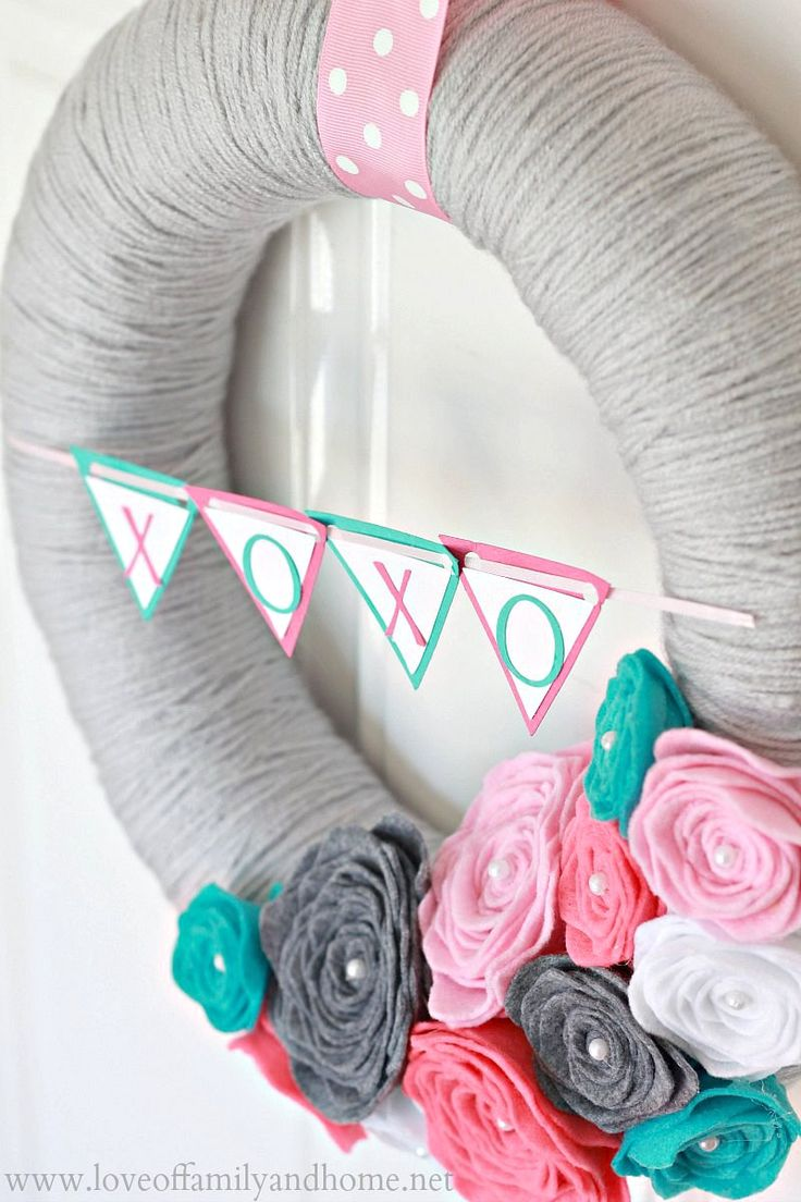 Love Of Family & Home: Valentine's Day Yarn Wreath with Felt Roses Tutorial