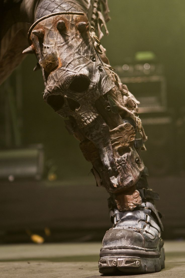 Damn good incorporation of aesthetics into functional greaves. Dimmu Borgir *.* I want boots like that