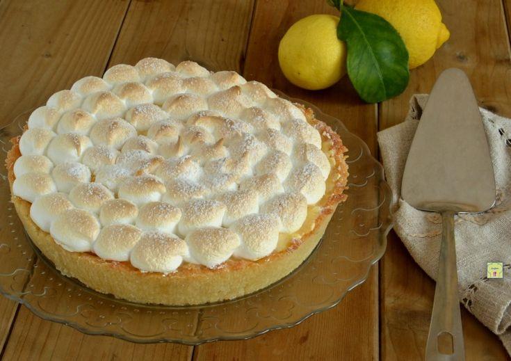 La crostata meringata al limone è un superbo dolce da pasticceria dal gusto irresistibile con una deliziosa farcia al limone ricoperta di golosa meringa.