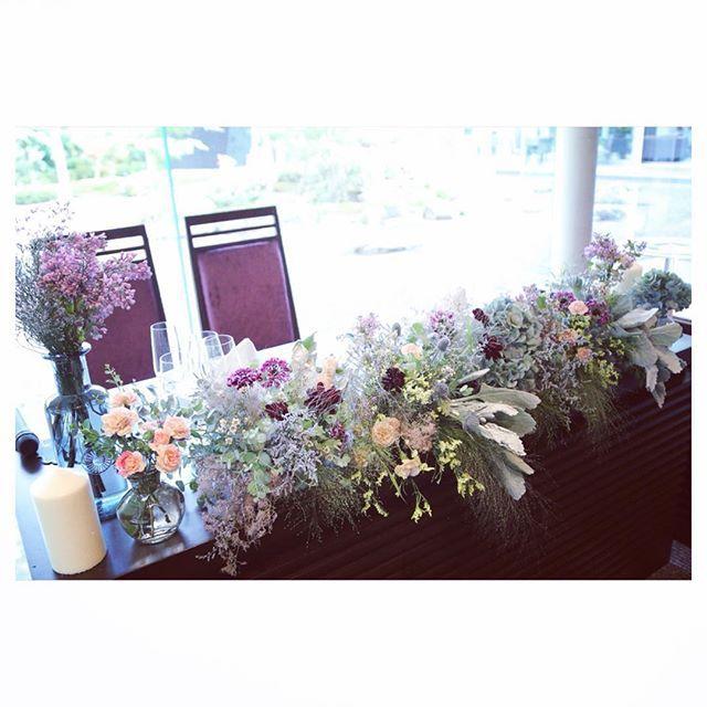 ★ 高砂の装花 ・ 披露宴会場はシンプルにしたくて、 高砂はお花、瓶、キャンドルのみです☺️ むらさき、青、黄色、ピンク… くすんだカラーの小花がいっぱい アンティークでナチュラル系←なにそれ に仕上げてくださって、お気に入りです☺️ ・ #卒花嫁 #卒花 #結婚式 #ウェディング #wedding #高砂 #装花 #高砂装花 #アンティーク #ナチュラル #ほうれん草みたいな草何やろ ?