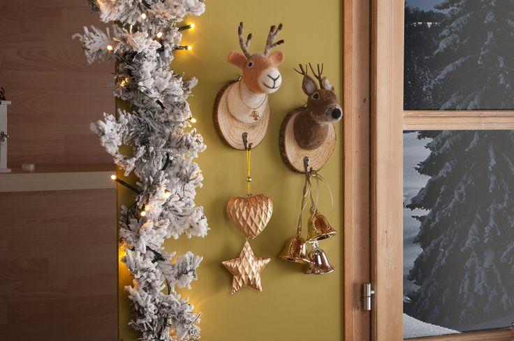 Simpatiche teste d'alce di pelouche e decorazioni preziose per un Natale che ricorda l'atmosfera delle baite di montagna #Christmas #winter #deer #gold #nordic #mountain