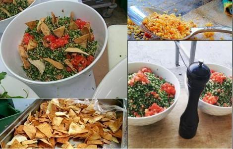 Μια ελαφριά και θρεπτική καλοκαιρινή συνταγή. Τι θα χρειαστούμε: 120 γραμ. πλιγούρι 2 μεγάλες κόκκινες ντομάτες ώριμες αλλά σφιχτές, χωρίς τη φλούδα και τα