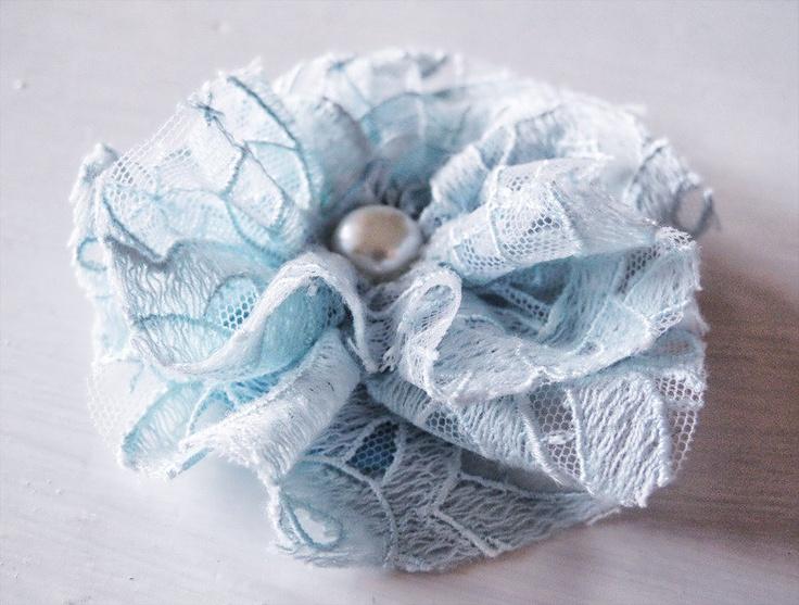 Spilla - Fiore in Pizzo Azzurro Chiaro con Perla, shabby chic, vintage, country, matrimonio, damigelle, accessori moda, by Mila's Flowers, 3,50 € su misshobby.com