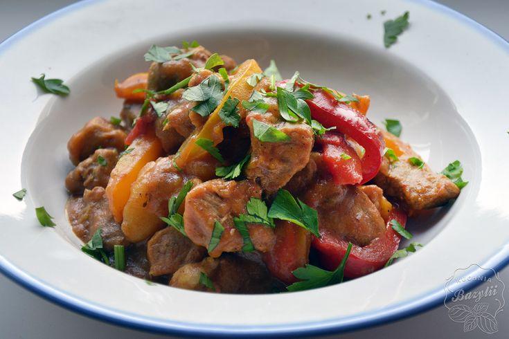 Gulasz z łopatki wieprzowej z papryką i ziemniakami