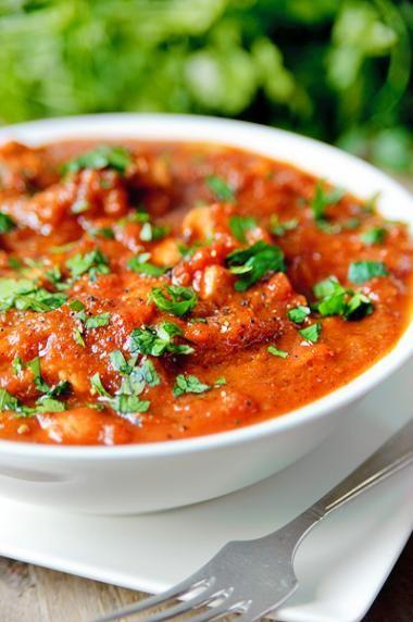 Kip in pikante tomatensaus  ngrediënten voor 2 personen 2uien 1 eltandoori kruiden 1 tlgemberpoeder 1/2 tlchilipoeder 3 elolijfolie 500 gkipfilet, in blokjes 1/2 tlzwarte peper 1teen knoflook, fijngehakt 1blik tomatenblokjes (ca. 400g) 50 mlwater 2 elhoning  peper - zout