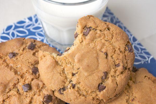 I chocolate chip cookies – biscotti con le gocce di cioccolato – sono uno dei dolci che preferisco; per anni ho tentato di scoprire la ricetta perfetta, quella il cui risultato fosse simile ai biscotti giganti, friabili ma anche morbidi (miracoli della chimica!), che si mangiano da Starbucks con un'enorme tazza di caffè americano: questa …
