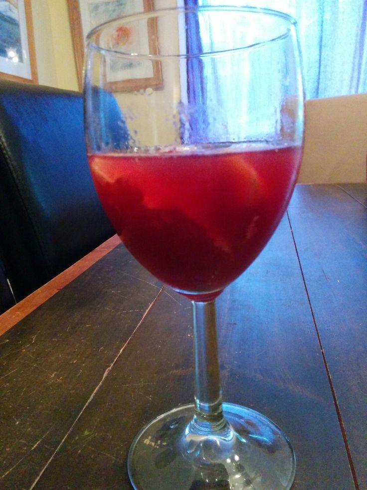 Sangria improvisée : vin rouge, san Pelligrino à l'orange, 3 quartiers de sanguines, 3 framboises, une larme de rhum cubain et des glaçons. Résultat délicieux?