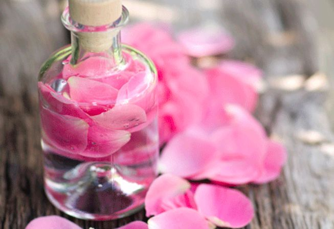 Fabriquez votre eau de rose démaquillante noté 3.33 - 3 votes L'eau de rose pour se démaquiller est un produit miraculeux. Elle protège la peau sans l'agresser et diffuse une bonne odeur. Si vous êtes convaincu de ses vertus et que vous en utilisez tous les jours, apprenez à fabriquer la vôtre: Faites bouillir 25cl...