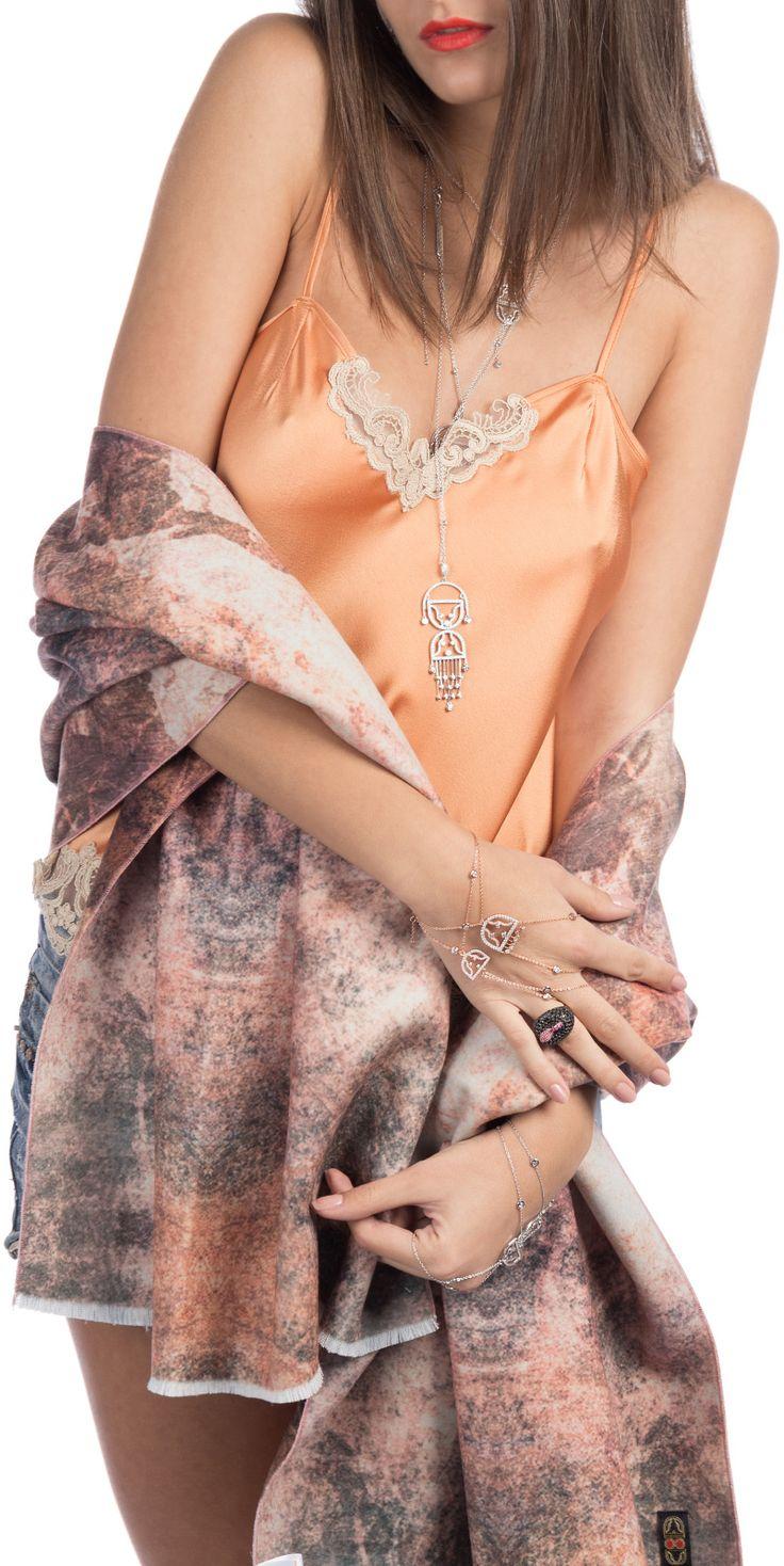 Eleganță și comfort. Maioul de tip 'nuisette' este de o finețe intimă care conferă un comfort extraordinar la întâlnirea cu pielea. Atât pentru interior, cât și exterior, maioul este recomandat doamnelor și domnișoarelor care îmbrățișează împodobirea.