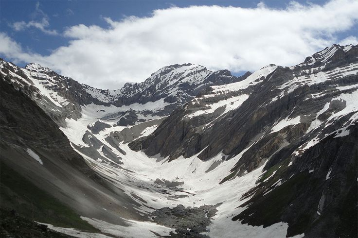 Kashmir Tour: Summer is knocking at the doors, making the way for a spectacular Kashmir holiday.