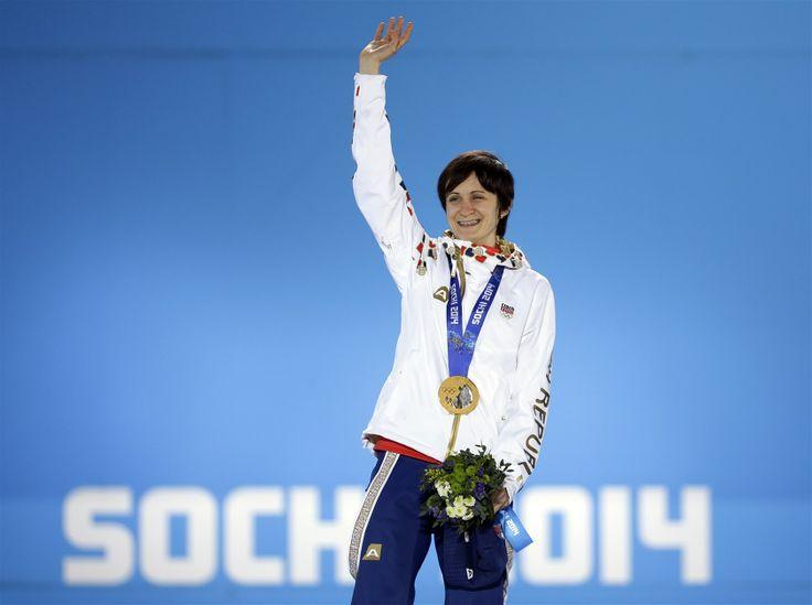 ZLATÁ. Rychlobruslařka Martina Sáblíková s olympijskou medailí za závod na 5 000 metrů.