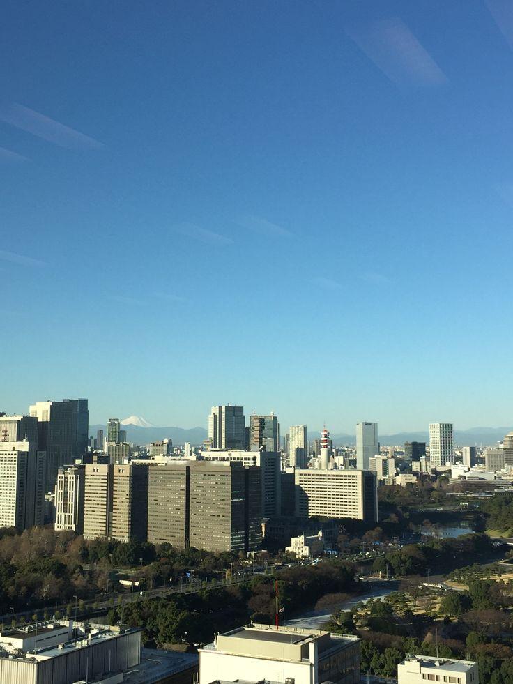 丸の内から霞ヶ関を臨む。遠く富士山が冬の青空に映える。