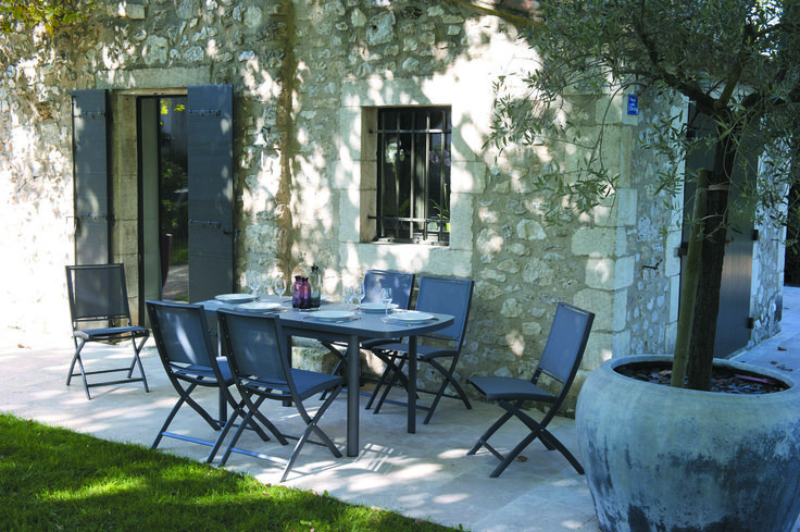 L'ensemble #table et #chaisespliantes #Keneah, de la collection #LesJardins seront des plus appropriés pour vos déjeuners ombragés.