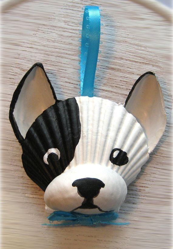 Ornamento de Bulldog Francés. Ornamento de concha Galo blanco y negro. Arte de perro de Cape Cod náutico, playa,