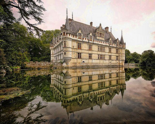 El Castillo de Azay-le-Rideau , en el departamento de Indre-Loira, fue construido en 1527 y está situado sobre una pequeña isla del río  Indre, por lo que sus cimientos se elevan directamente desde el río. Su situación y el entorno, lo vuelven un lugar de ensueño y sumergido en la tranquilidad.