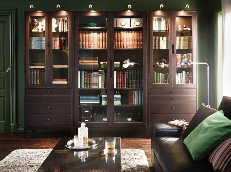 Libreria dallo stile classico con elementi e tavolino REGISSÖR di colore marrone, divano KIVIK in pelle nera e cuscini SANELA verdi