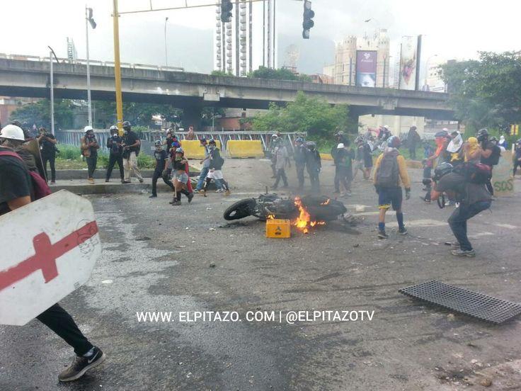 En #Caracas #Venezuela #Manifestantes #Queman #VehiculosPoliciales frente a funcionarios #Policiales durante #Protesta hoy a la 04:00 pm (16:00 horas) Viernes, 28 de mayo de 2017 /// El Pitazo (@ElPitazoTV) | Twitter