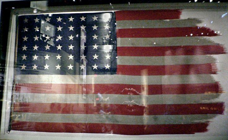 La bandera de Iwo Jima,La primera y segunda bandera que fueron alzadas ese día se conservan actualmente en el Museo Nacional del Cuerpo de Marines. Aquella, como todas las utilizadas durante la Segunda Guerra Mundial, tenía solo 48 estrellas ya que ni Alaska ni Hawái se habían conformado todavía como estados.