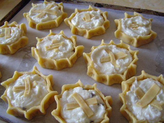 Tipici dolcetti pasquali, d'origine Ragusana, piccoli canestrini,con la pasta lievemente dolcificata, sulla cui superficie è posto uno strato di ricotta zuccherata ed aromatizzata di cannella.
