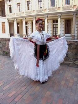 Se trata de ropa tradicional que las mujeres se visten cuando bailando La Raspa. La Raspa comenzó en Veracruz. Con comercio de mercancías llegaron música y bailas de todo el mundo. La Raspa es una mezcla de bailas Azteca, Maya, Yaqui, Africana y Europea.