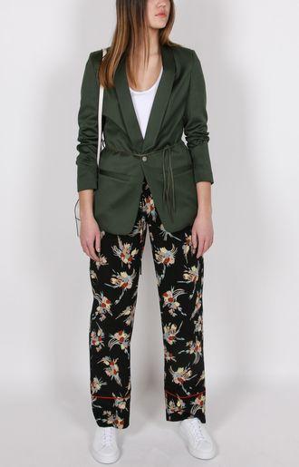 Angenehm zu tragen ist diese locker fallende Seidenhose mit Blumen-Print. Shoppen Sie jetzt die Damenhose mit Eingrifftaschen und Tunnelzug online auf REYERlooks.com!