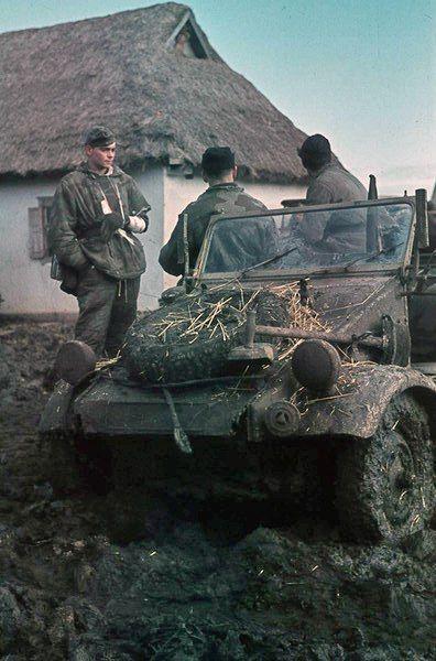 'Army group South' : 'Heeresgruppe Süd' - Deutsche Soldaten in einem Kübelwagen auf verschlammter Straße in der Ukraine 1942. Eastern front, kubelwagen, pin by Paolo Marzioli