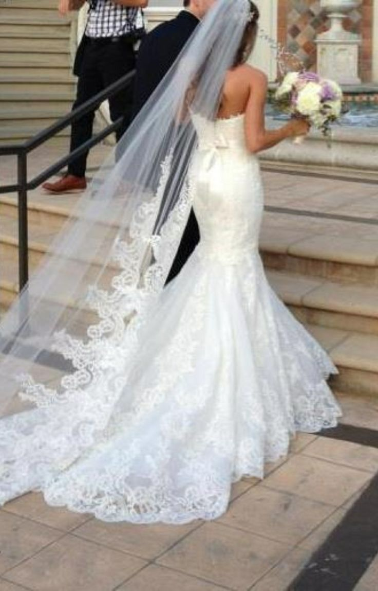Love a fitted dress and long lace veil