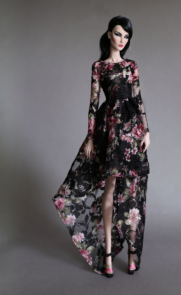 Vestido longo. Preto e rosa. Florido. Estilo passeio chique. Feminino.
