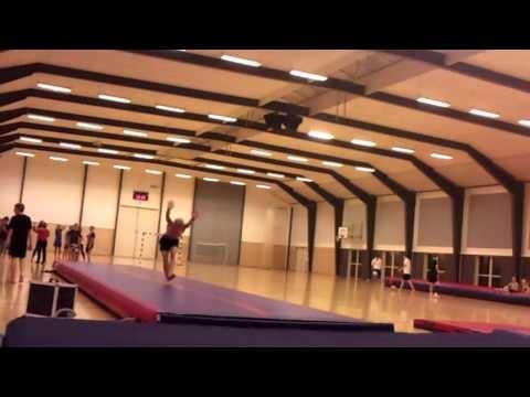 Simon elsker gymnastik. Vi tror også, at han elsker sin efterskole og at han derfor har lavet denne fine film...