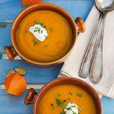 Sütőtökkrémleves pirított tökmaggal - Zamatos és gyors leves: Itt a sütőtökszezon és vele az egyik legfinomabb leves, melyhez nem kell órákat a konyhában töltened.