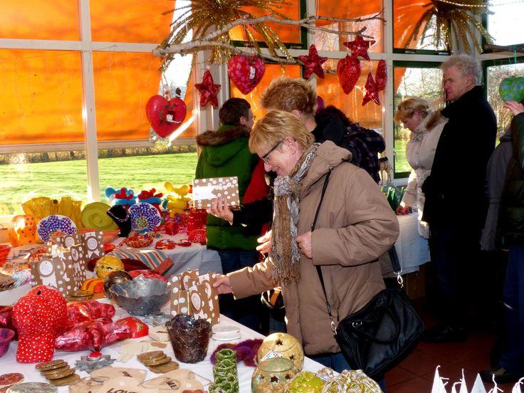 LEUK! Morgen 16 december organiseert Prinsenstichting een kerstmarkt met alles erop en eraan. Tussen 10.00 uur en 20.00 uur is iedereen van harte welkom bij de Groene Hoek, locatie Kadijkerkoog, direct na de ingang aan de Flevostraat. Een gezellige kerstsfeer en veel van de verkrijgbare producten zijn gemaakt door cliënten van Prinsenstichting op verschillende dagbestedingslocaties. Zij hebben hard gewerkt om de kerst voor jou onvergetelijk te maken! Ben je op zoek naar een leuk kerstcadeau…