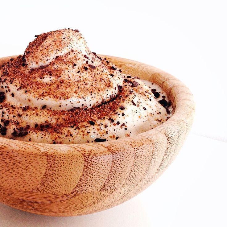 """Полезное банановое мороженое просто создано для летних дней  Ловите невероятно вкусный рецепт заряженный суперсилой какао-бобов  Такое мороженое очень легко сделать а сколько вы получите удовольствия и пользы  Итак сам рецепт: Ингредиенты:  Бананы - несколько штук действительно спелых (шкурка должна быть покрыта коричневыми """"веснушками"""")  Какао-бобы  Пудра из кокосовых кристаллов или кокосовый нектар.  Приготовление: Бананы нарезать на небольшие кусочки и убрать в морозильную камеру  Когда…"""