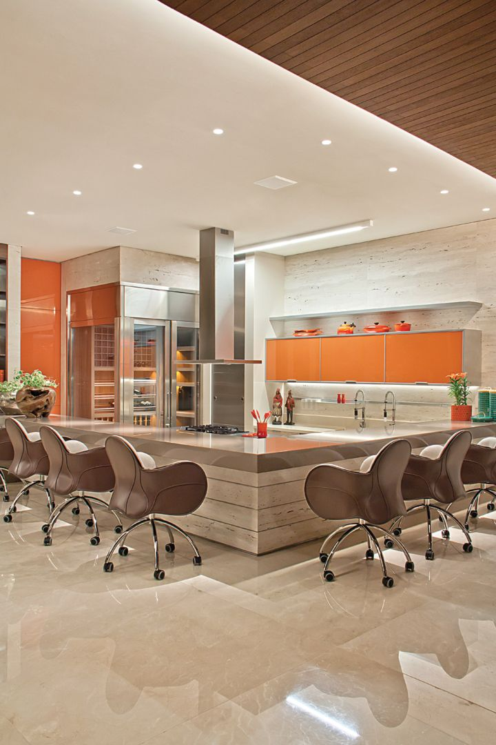Também da Bontempo, o mobiliário do espaço gourmet tem cores mais vibrantes. A bancada da Silestone compõe com o piso em mármore Crema Marfil (Marmoraria Alvorada). As poltronas Incisa com rodízios são da Depadova.
